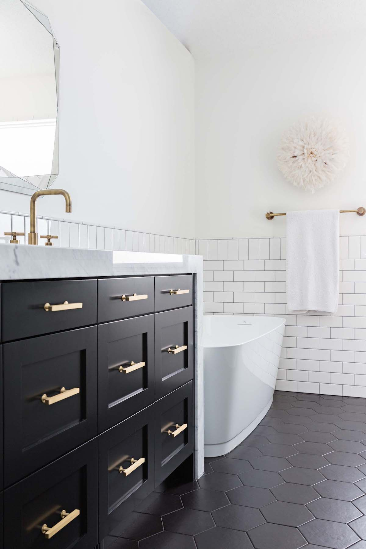 Classic Black & White Bathroom Inspired by Gramercy Park Hotel #blackwhitebathrooms