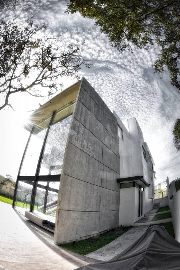 Casa rs de arqcubo mini plaza comercial muro de for Mini casa minimalista