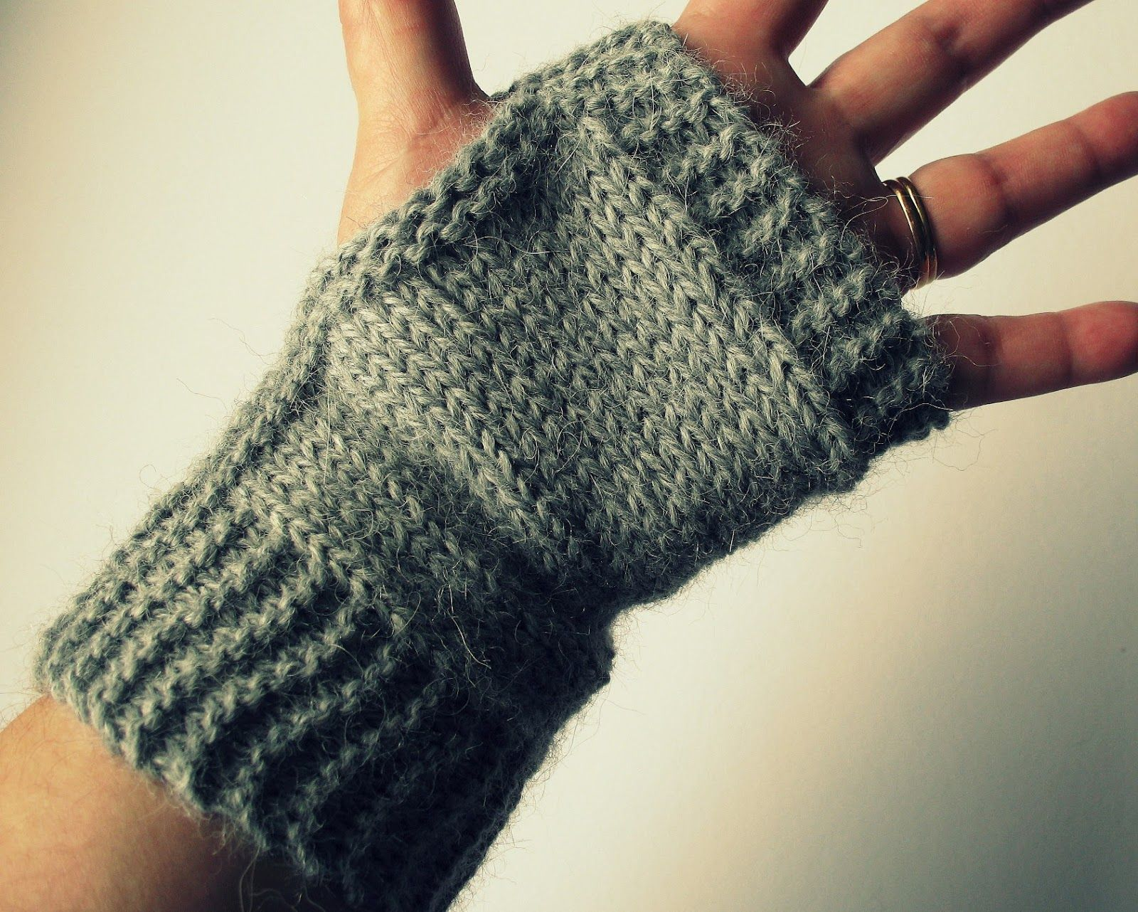 Img3347g 16001282 pixels emy pinterest what a simple knitted project these little fingerless mitts are knitted flat and sewn up along the thumb side they are a perfe bankloansurffo Image collections
