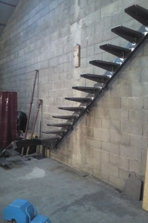 fabrication escalier limon acier int grer dans le mur marches acier staircase pinterest. Black Bedroom Furniture Sets. Home Design Ideas