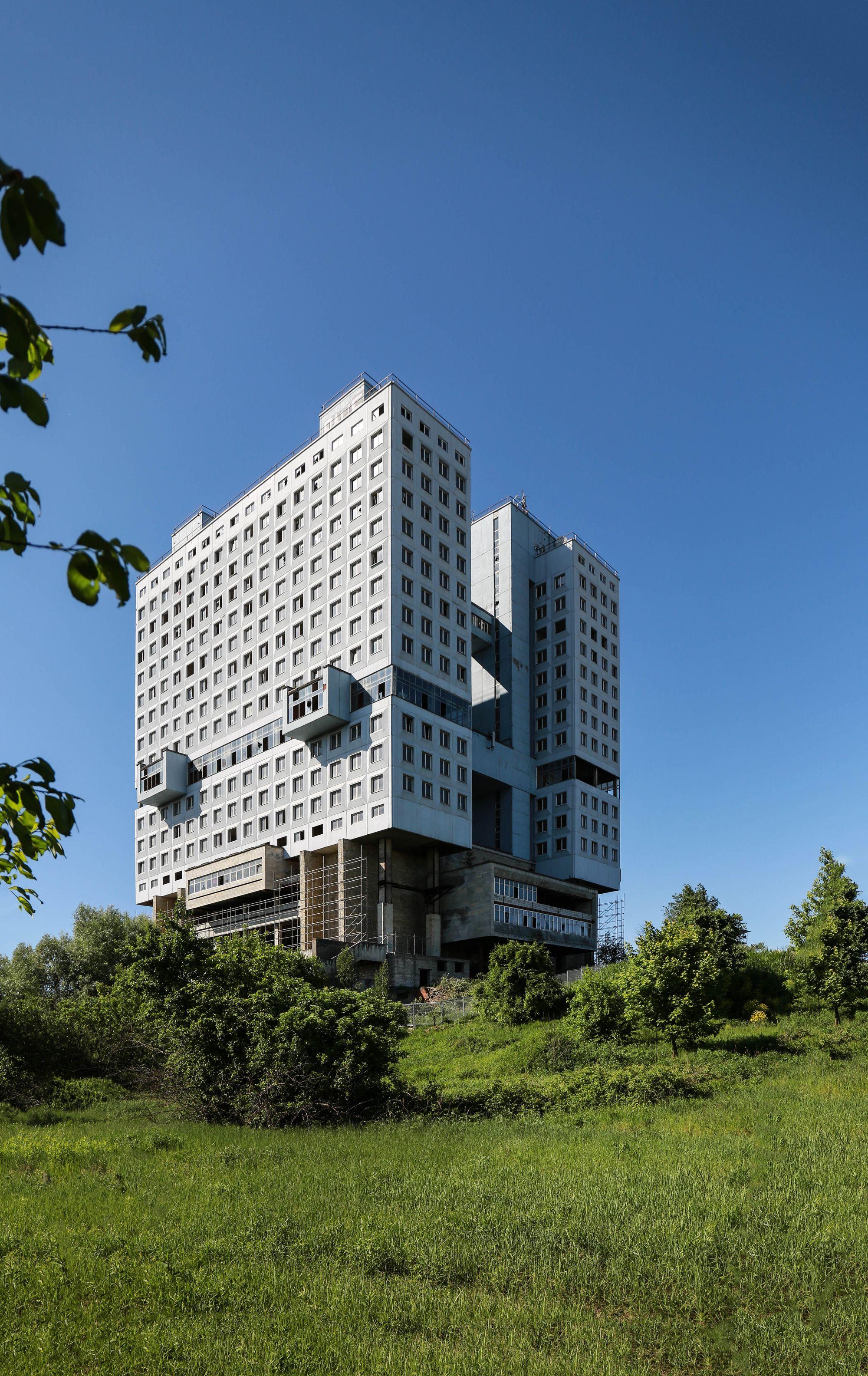 Casa Dos Sovietes Por Que Devemos Preservar Este Simbolo Do Brutalismo Sovietico Brutalismo Arquitectura Contemporanea Arquitectura