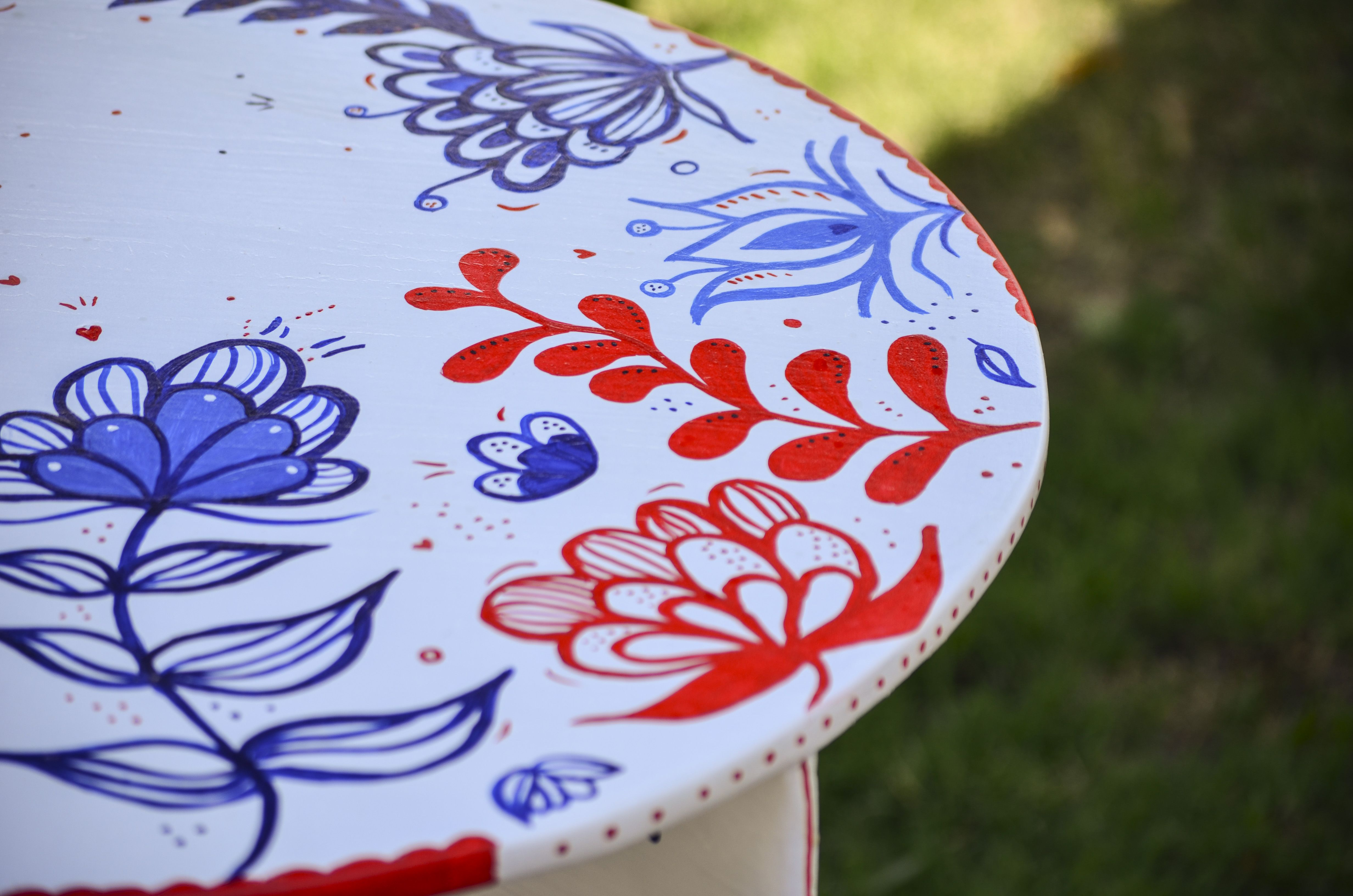 Handmade painting on a table.  Mesa pintada a mano. #pauminottoilustración