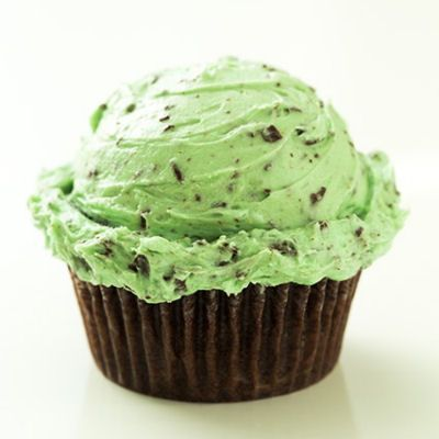 Mint Chocolate Chip Buttercream Frosting Recipe: Mint Chocolate Chip Frosting* 3/4 cup butter, partially softened** (preferably half salted and half unsalted butter) 1 tsp mint extract (don't use peppermint!) 1/2 tsp vanilla extract 2 1/4 cups powdered sugar 1 Tbsp heavy cream Green food coloring (I used 10 drops) 85g semi-sweet or bittersweet chocolate, finely chopped (1/2 cup)