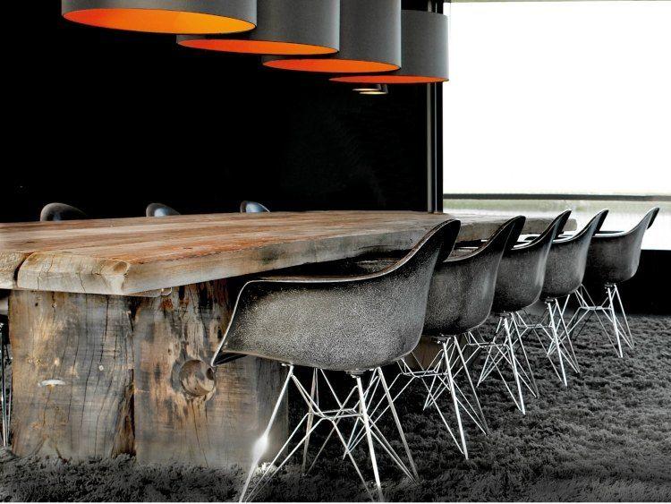 rechteckiger massivholz-esstisch mit schwarzen stühlen für mehr,