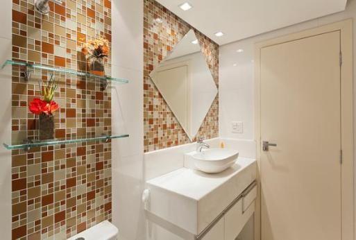 Banheiros saem do branco e ganham cores na mais nova tendência da decoração