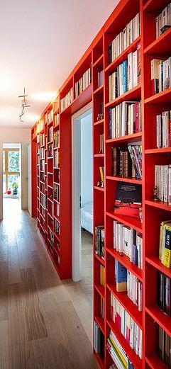 Etagere Bibliotheque Rouge Filante Dans Couloir Et En Contour De Porte Pour L Animer De Faco Decoration Entree Appartement Amenagement Maison Decoration Maison