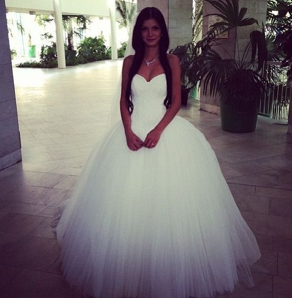 I usually don\'t like puffy dresses, but this one is gorgeous ...