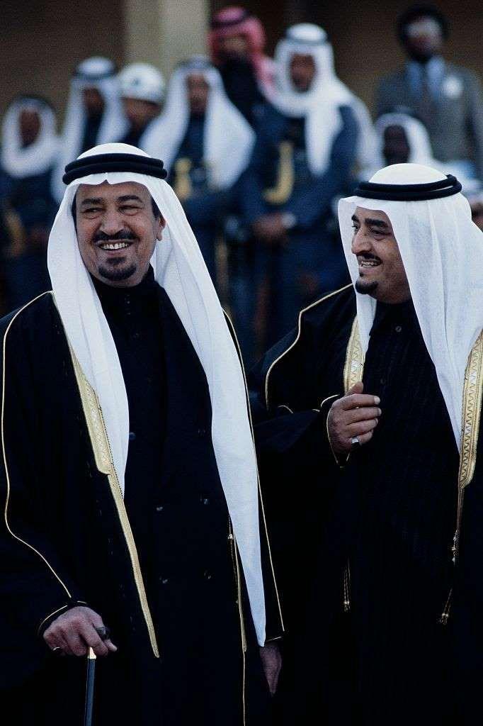 الملك عبدالعزيز بن عبدالرحمن آل سعود مع ابنائه الملك فيصل والملك