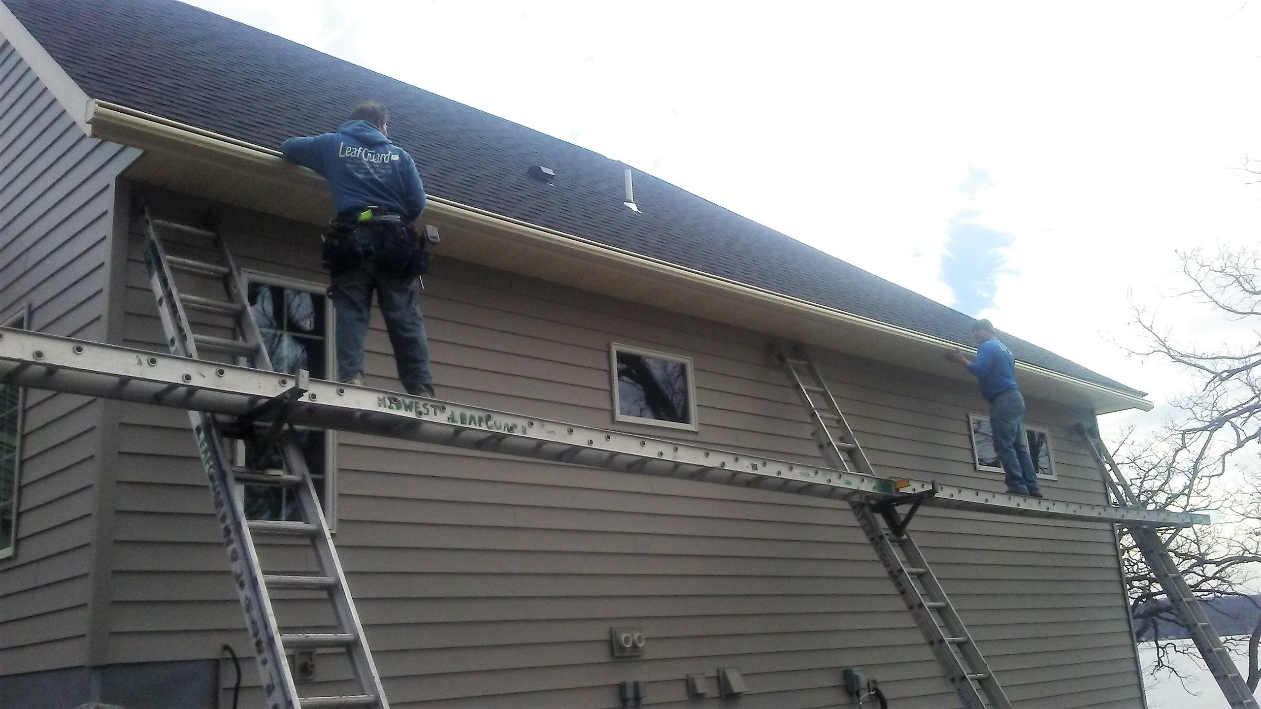 Safety During The Installation Process Is A Top Priority Our Crew Sets Up Support Ladders And A Secure Plank So We Ca Seamless Gutters Gutters Gutter Services