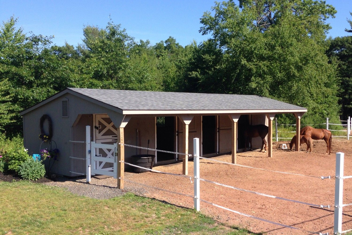 Post beam horse barns run in shed row rancher with for Equestrian barn plans