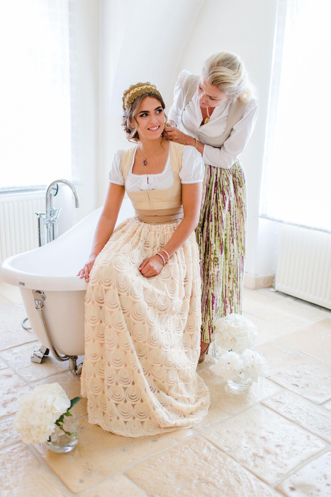 Zauberhafte Inspiration Braut Und Brautmutter Am Hochzeitstag Rosarot Hochzeiten Und Feste Hochzeitskleid Dirndl Braut Dirndl Dirndl Hochzeit
