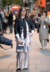 Street Style da semana de moda de Londres. LFW - verão 2018. Saia com babado em camadas prateada. Lenço em forma de gravata. Blazer preto alfaiataria.
