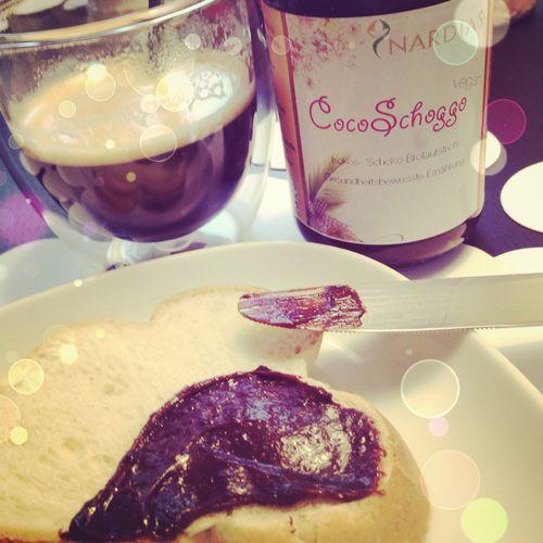 CocoSchoggo ist ein leckerer, glutenfreier, laktosefreier Brotaufstrich aus Bio-Kakao aus Philippinen, Kokosöl, Kokosnussmilch und Kokosblütenzucker. Nicht alle mögen ihn, aber einige heiss…     Mona Sorcelli hat dazu einen Test-Bericht geschrieben: www.ohnemilch.ch/ohnemilch/2013/9/18/coco-schoggo-veganer-schokoladen-kokos-aufstrich  Mehr zu den Zutaten und zur Bio-Plantage die Nadja Horlacher aufgezogen hat, findet ihr hier…
