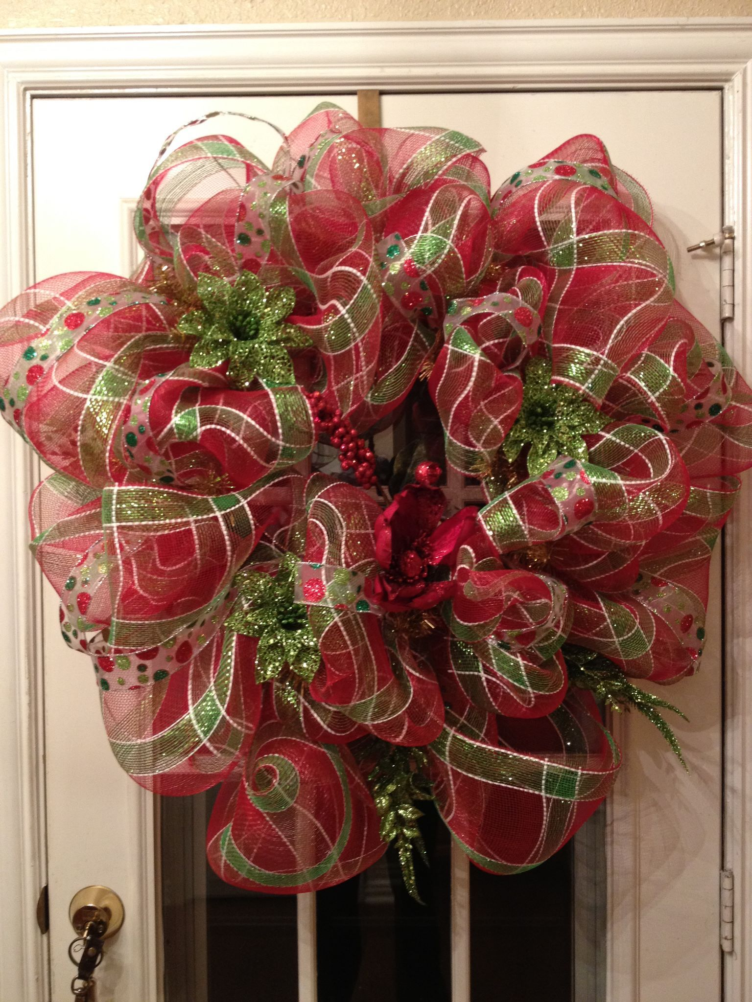 make your own beautiful and giant deco mesh christmas wreath using deco mesh and a wreath form its way easier than you might think