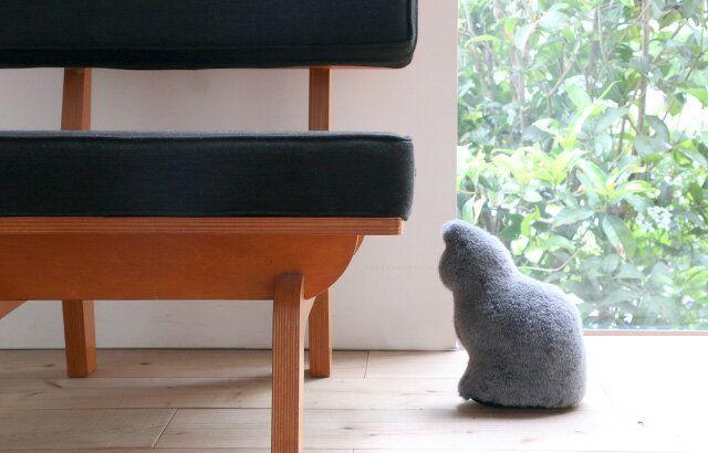 お留守番をしているような猫型ドアストッパー Fabrico Neko Door