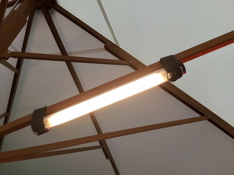 Mit Den Mitgelieferten Klickbandern Konnen Die Led Lumination Lampen Ohne Weiteres Auch Unter Grossen Gastronomie Sonnenschirmen Led Beleuchtung Led Lichtquelle