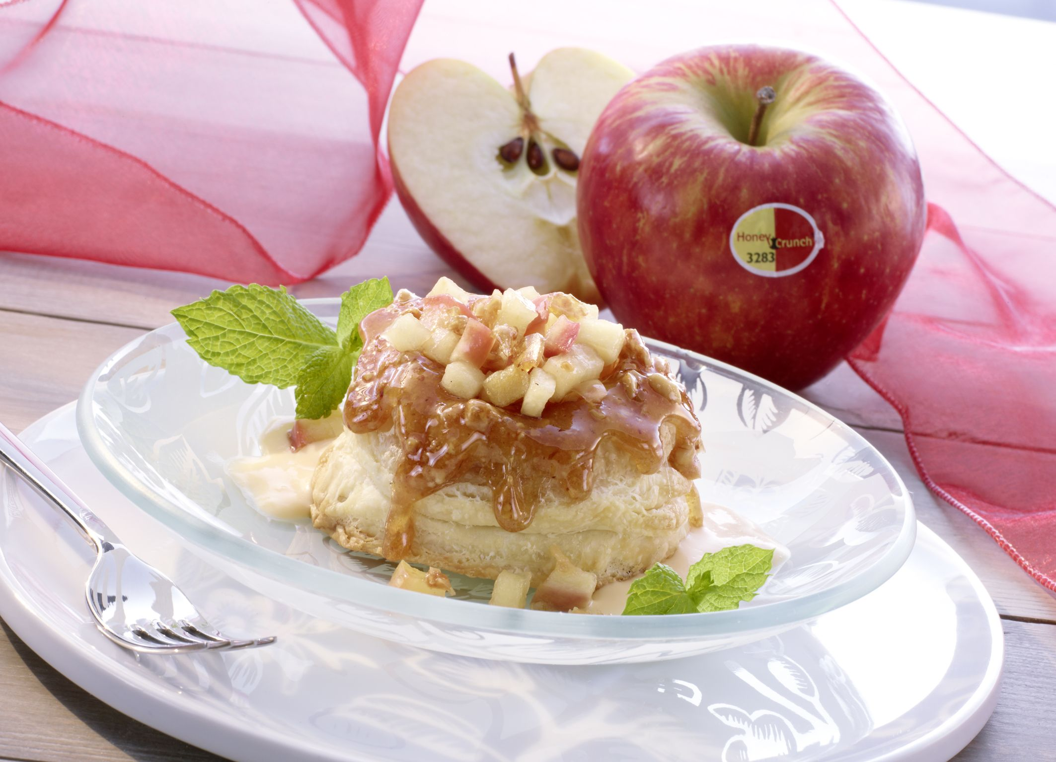 """Die neue Geheimzutat für Euer Dinner liegt ganz nah: Schaut doch mal in den Obstkorb. Honeycrunch-Äpfel verleiten nicht nur zum """"Sofort-Hineinbeißen"""", sondern empfehlen sich zudem für warme Rezept-Kreationen. Durch die leichte Süße, die fruchtige Säure und den stets knackigen Biss, eignet sich Honeycrunch perfekt zum Kochen und Backen. Der zweifarbige …"""