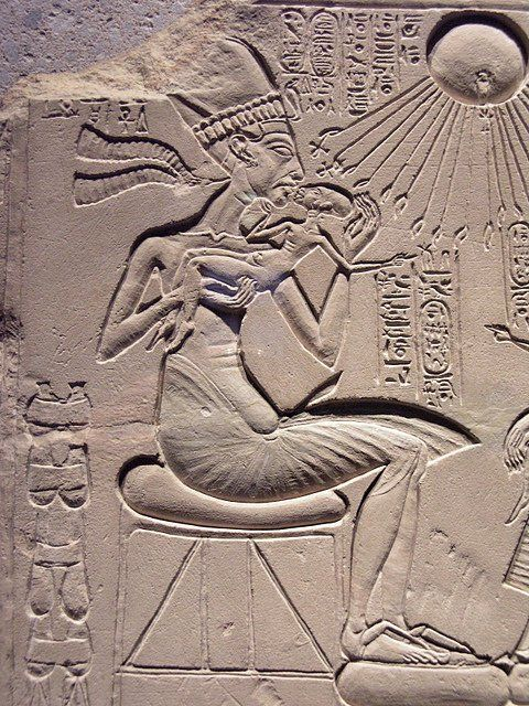 A ''house altar'' depicting Akhenaten, Nefertiti with three of their daughters por Lenka P.