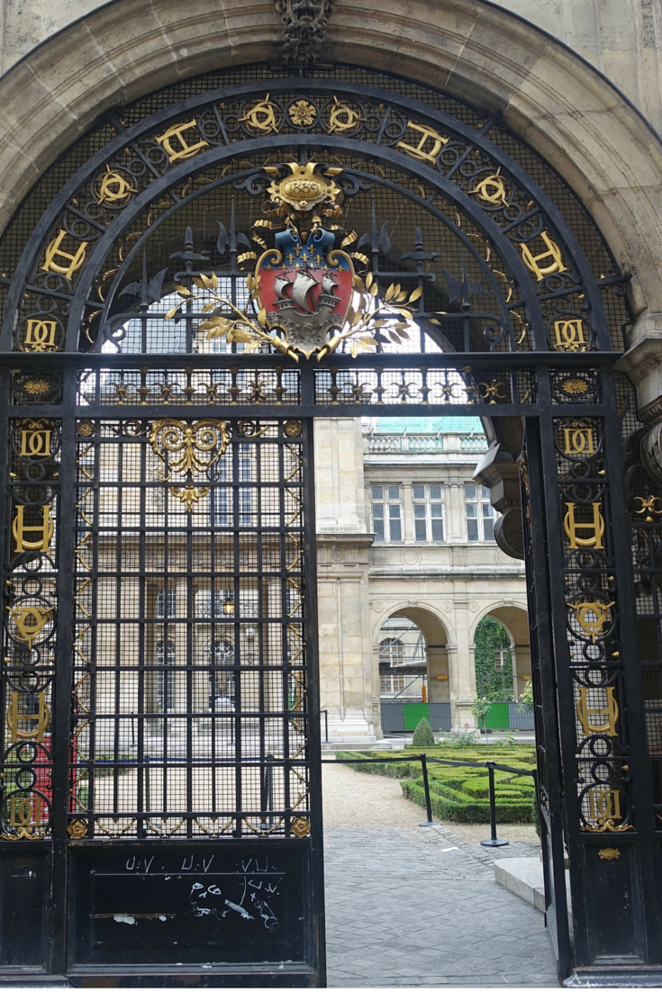 In a city that is notoriously expensive, I've found THREE free museums in Paris you need to visit. This is the entrance to the Musee Carnavalet