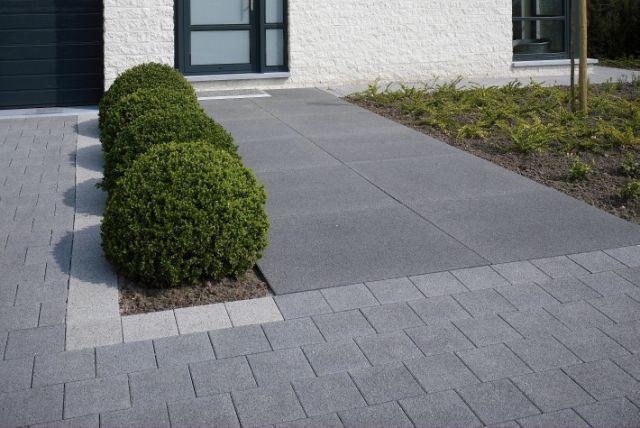 Strakke vormen in voortuin oprit met afwisseling in tegels paviments steps stairs levels - Oprit idee ...