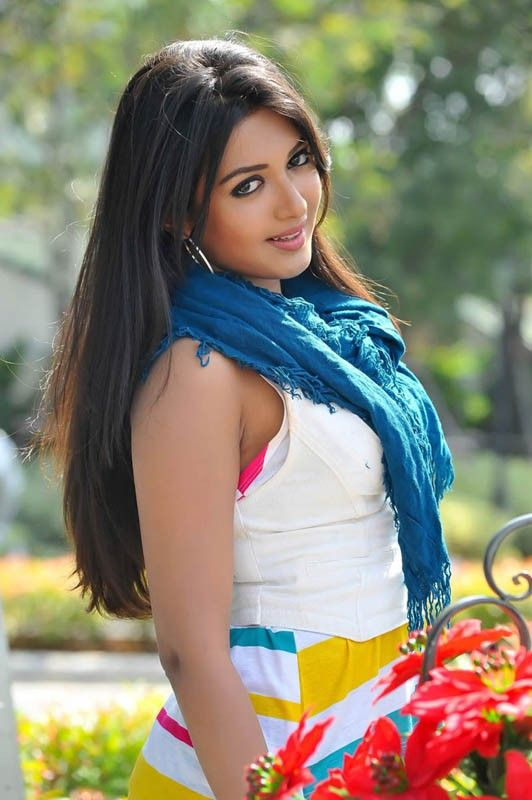 Catherine Tresa in Iddarammayilatho Movie