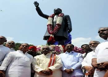 KCR unveils Kakas statue on Tank Bund  - Read more at: http://ift.tt/1GtaSJV