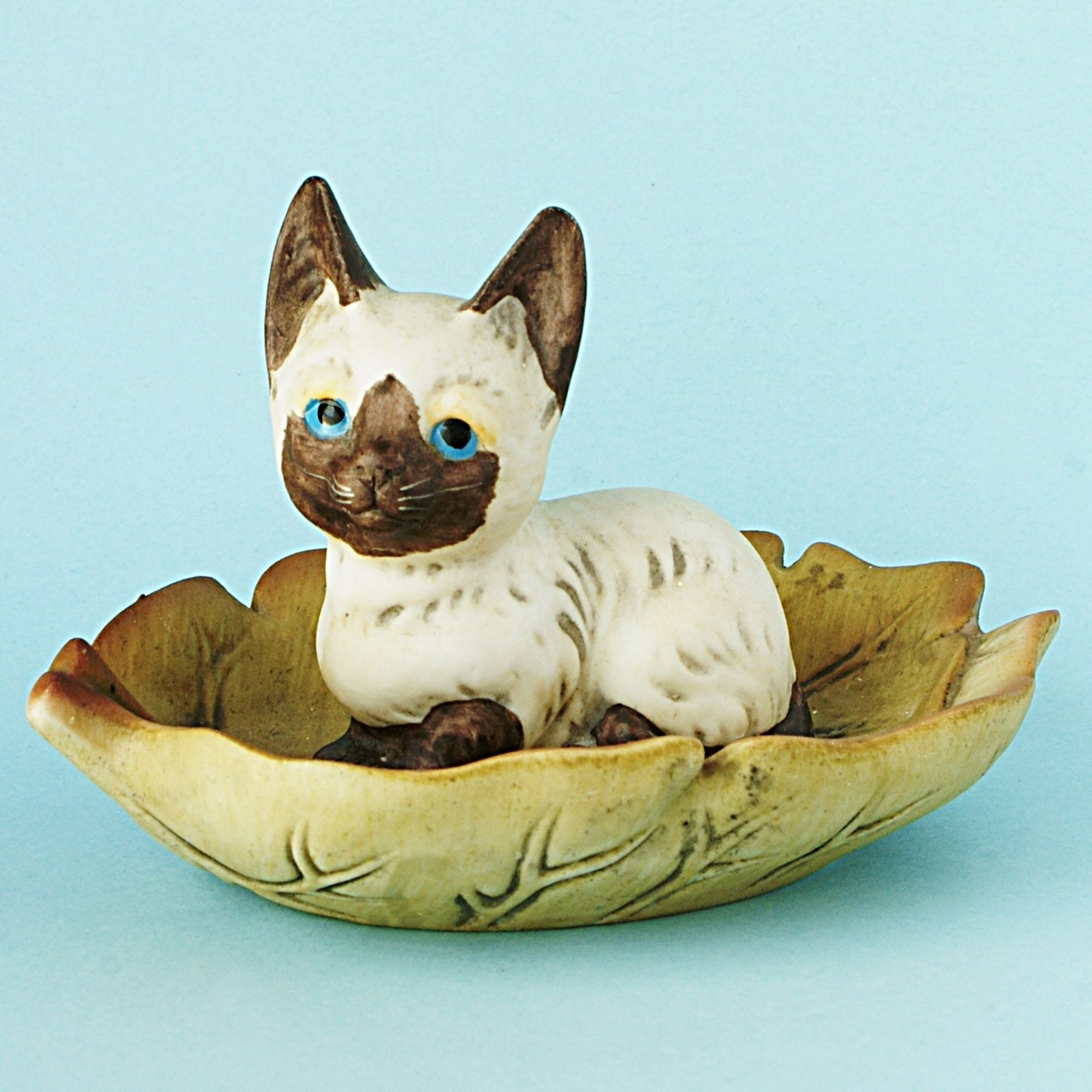 Vintage Pottery Siamese Kitten Cat Lying On Two Leafs Made By J R International Porcelain And Pottery Made In The Uk Ci Vintage Pottery Pottery Siamese Cats