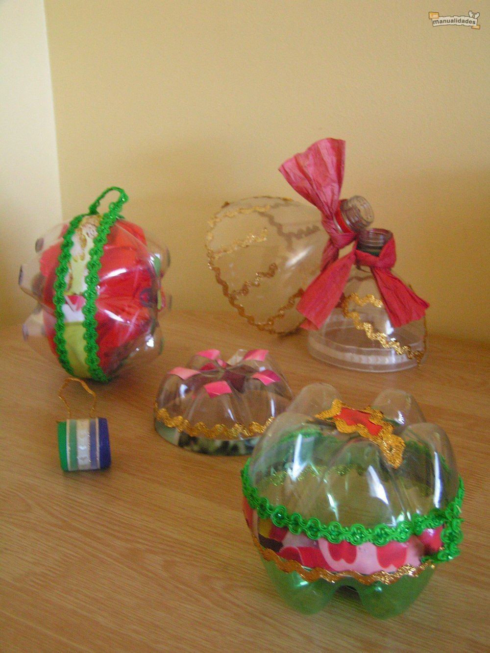 adornos navideos hechos con botellas por roxana