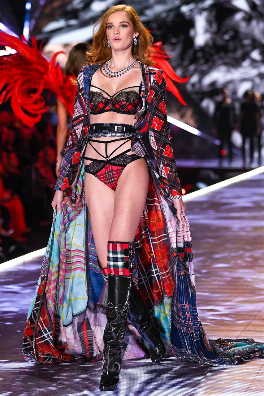 82aacfb1b7ef2 Victoria's Secret Fashion Show 2018: tutti i look di top model e ...