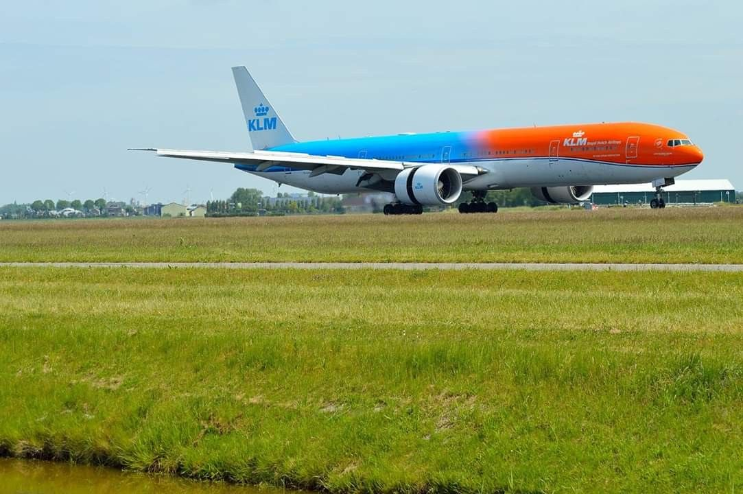 KLM Boeing 777300ER OrangePride PHBVA Vliegtuig