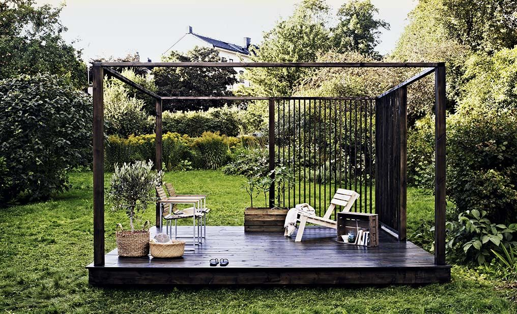 A dark color makes the terrace stand out in the lush garden. Create a harmonious space with greenery and wood as the most essential elements.
