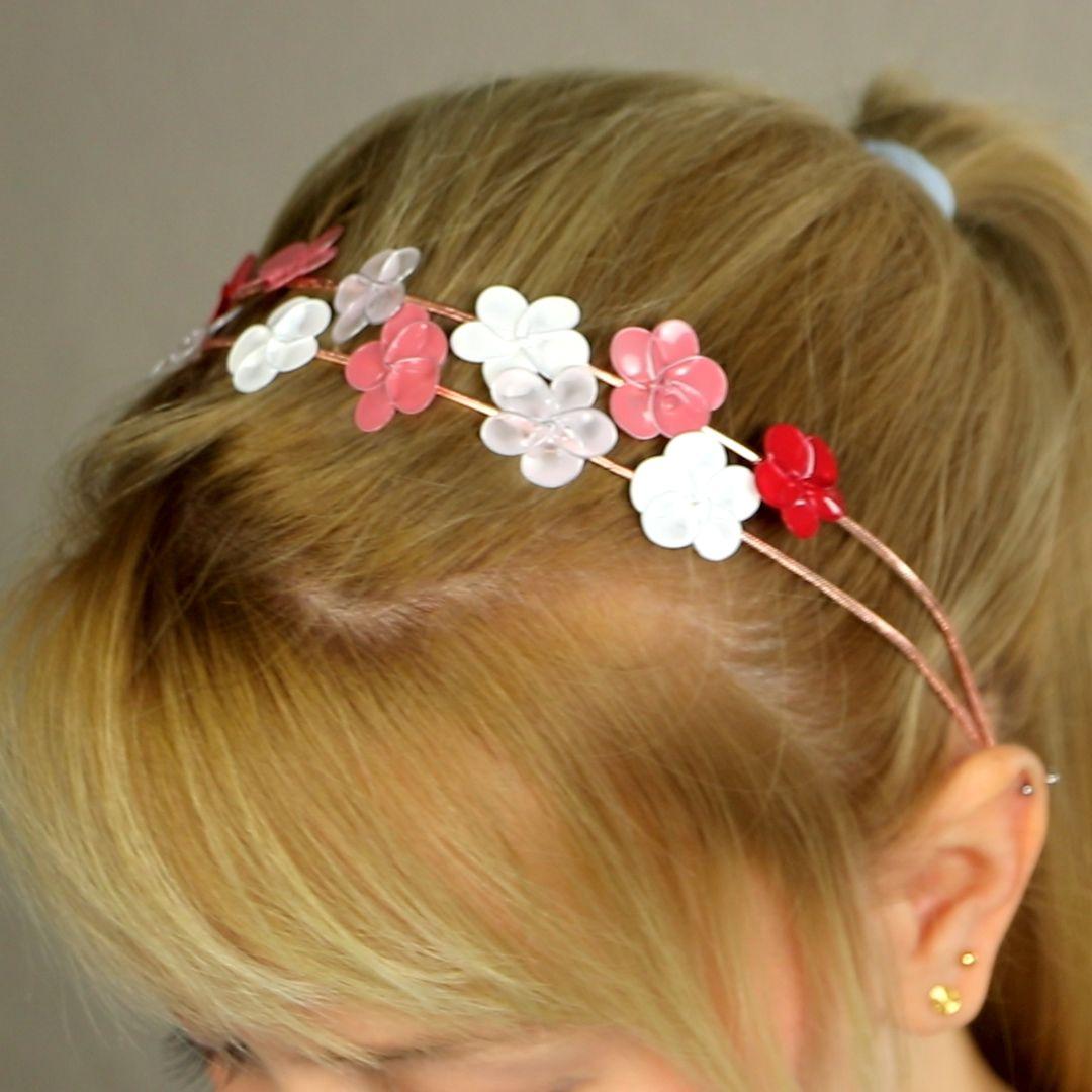 Diese wunderschönen DIY-Blüten sind so vielseitig! Du kannst sie als Haarschmuck nehmen, damit Ohrringe oder anderen Schmuck basteln oder sie einfach als Deko für Geschenkverpackungen nehmen. Die kann man immer gebrauchen! #nagellackblüten #nagellack #blüten #frühling #diy #basteln #selbermachen #schmuck #haarschmuck #haarblüten #braut #hochzeit #brautjungfer