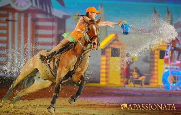 Sonne, Strand und schnelle Trickreiter – mit ihren actionreichen Stunts sorgen die bunten Wirbelwinde auf und unter den Pferden für Sommerstimmung!
