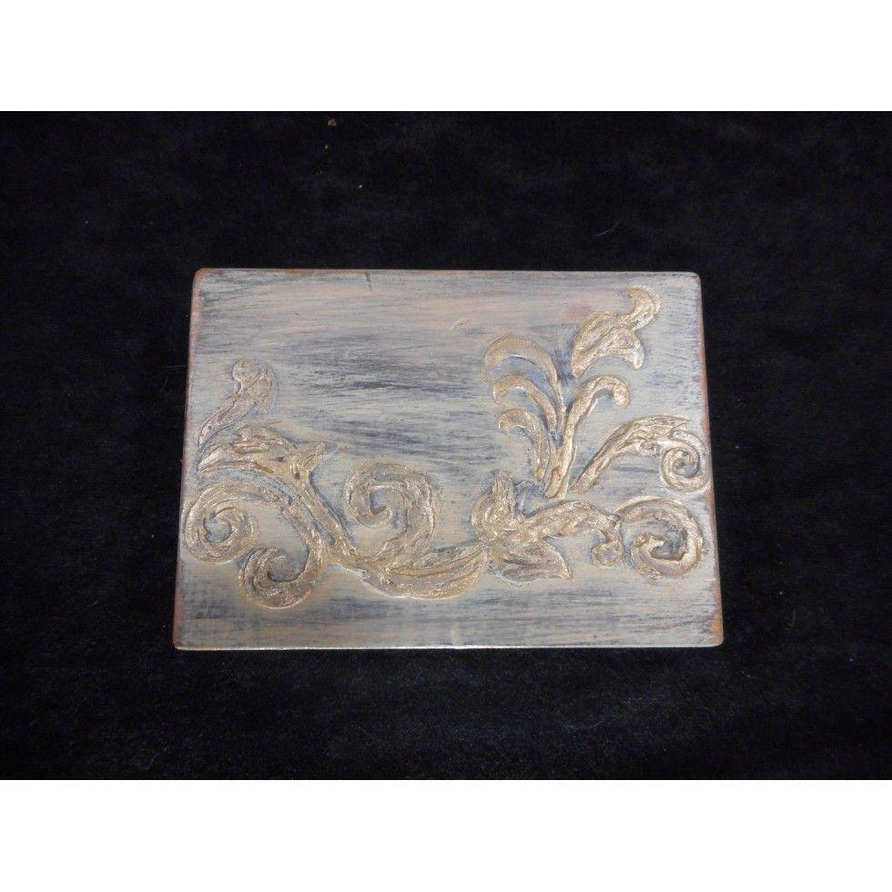 Coffret de rangement en bois avec finition de type ancestrale. Beau petit coffret pour vos plus jolis objets. Décoratif et utilitaire ce magnifique petit coffret s'adaptera à tout style d'intérieur