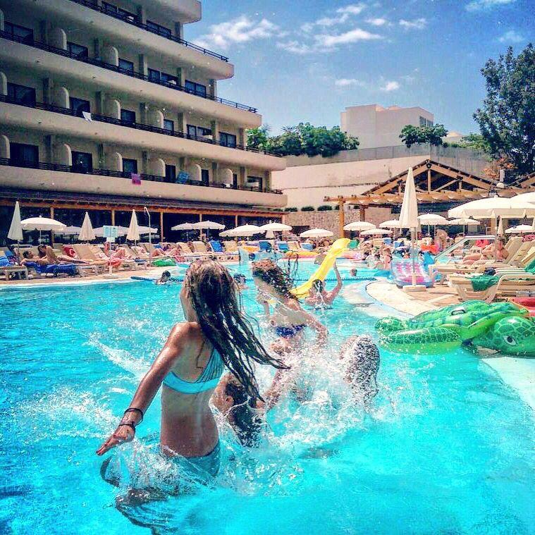 Estar en esta piscina es mi obsesión!  Being here is my obsesion!