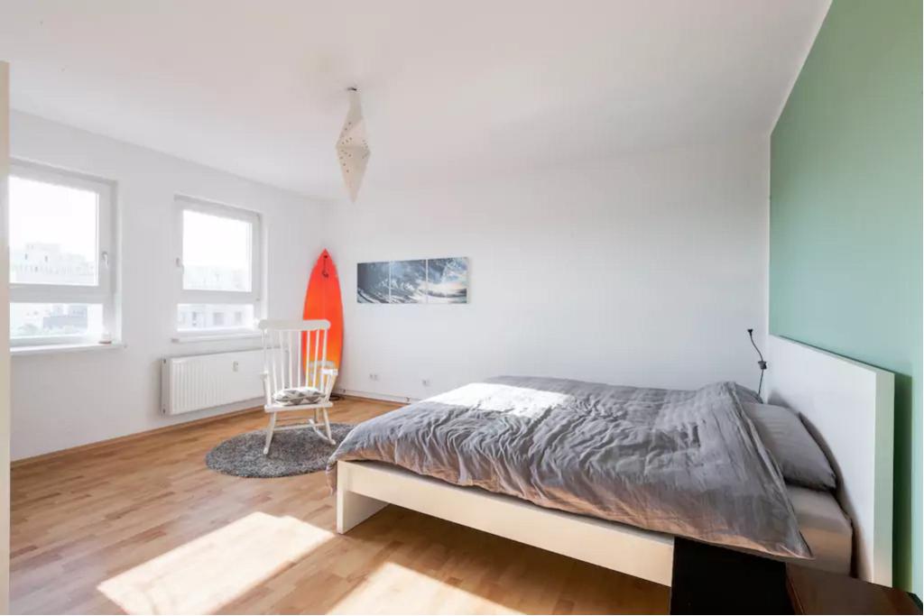 Gemeinsam wohnen in Kreuzberg: Gemütliches Schlafzimmer mit Surfbrett in Berliner Wohnung #gemeinsamwohnen #schlafzimmer #Berlin