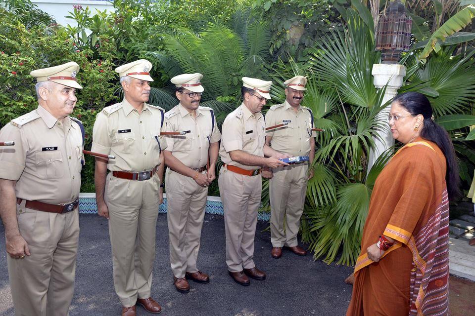 मुख्यमंत्री श्रीमती वसुन्धरा राजे से आरपीएस से आईपीएस के पद पर पदोन्नत पुलिस अधिकारियों ने भेंट की। http://dipr.rajasthan.gov.in/photo/HO42264N-17-9-7_web.htm
