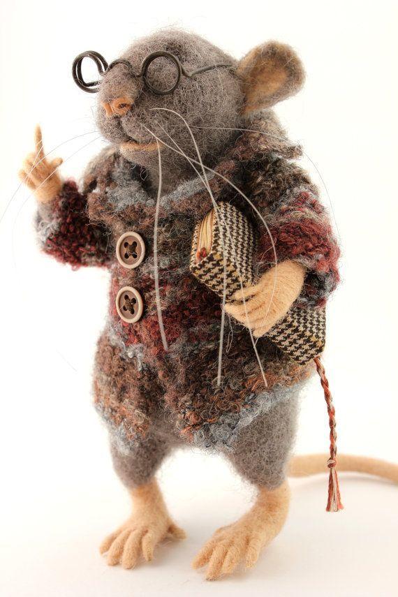 Photo of Nadel gefilzte graue Ratte mit Buch und Brille Lehre Maus Wolle Sammlergeschenk für Freund OOAK Art Doll Filz Tier in Strickkleidung
