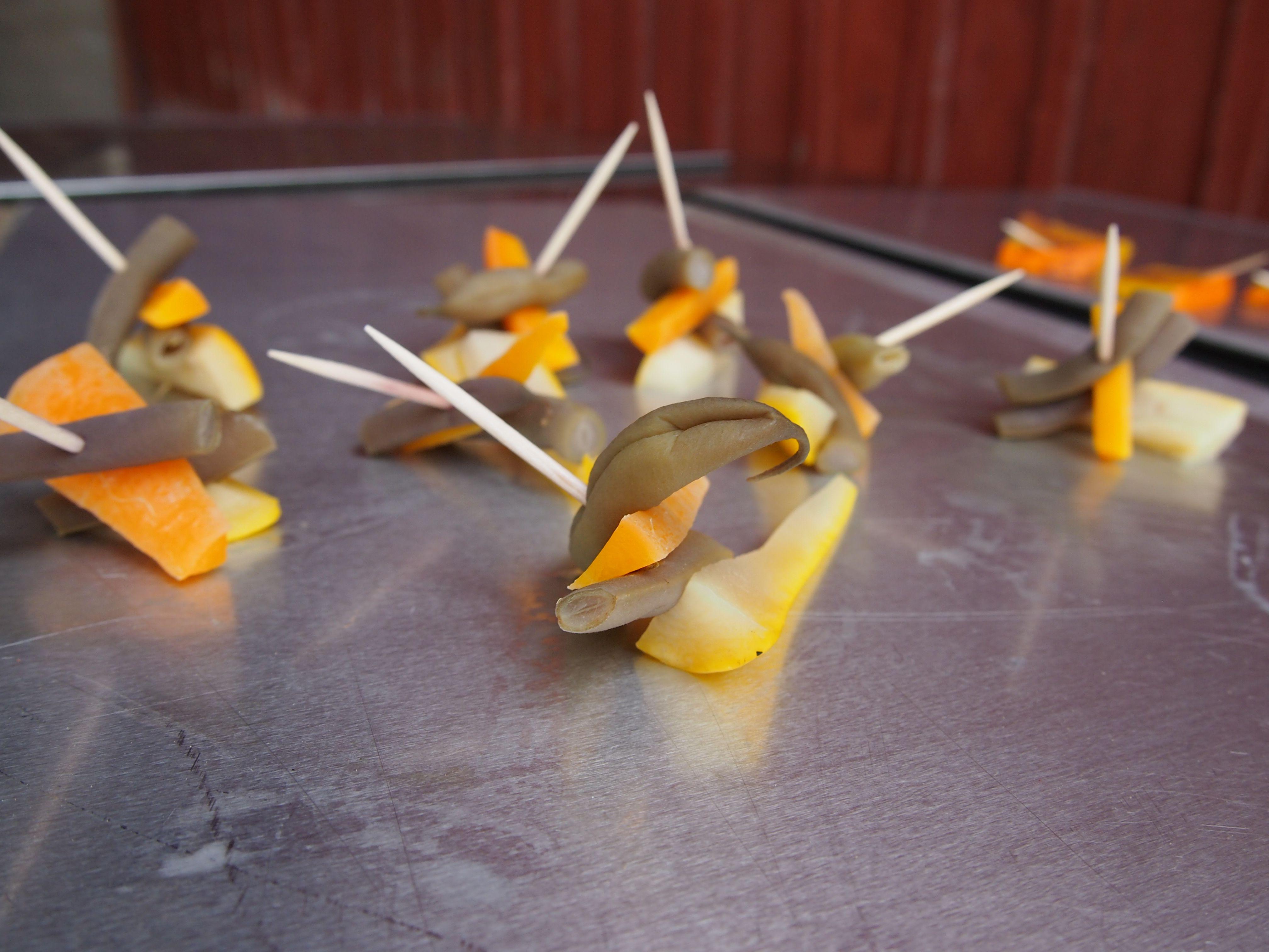 Porkkanaa ja etikoitua pensaspapua, sekä kesäkurpitsaa http://luomunjuuret.fi/janne-lansipuron-kauden-luomuruokaresepteja/