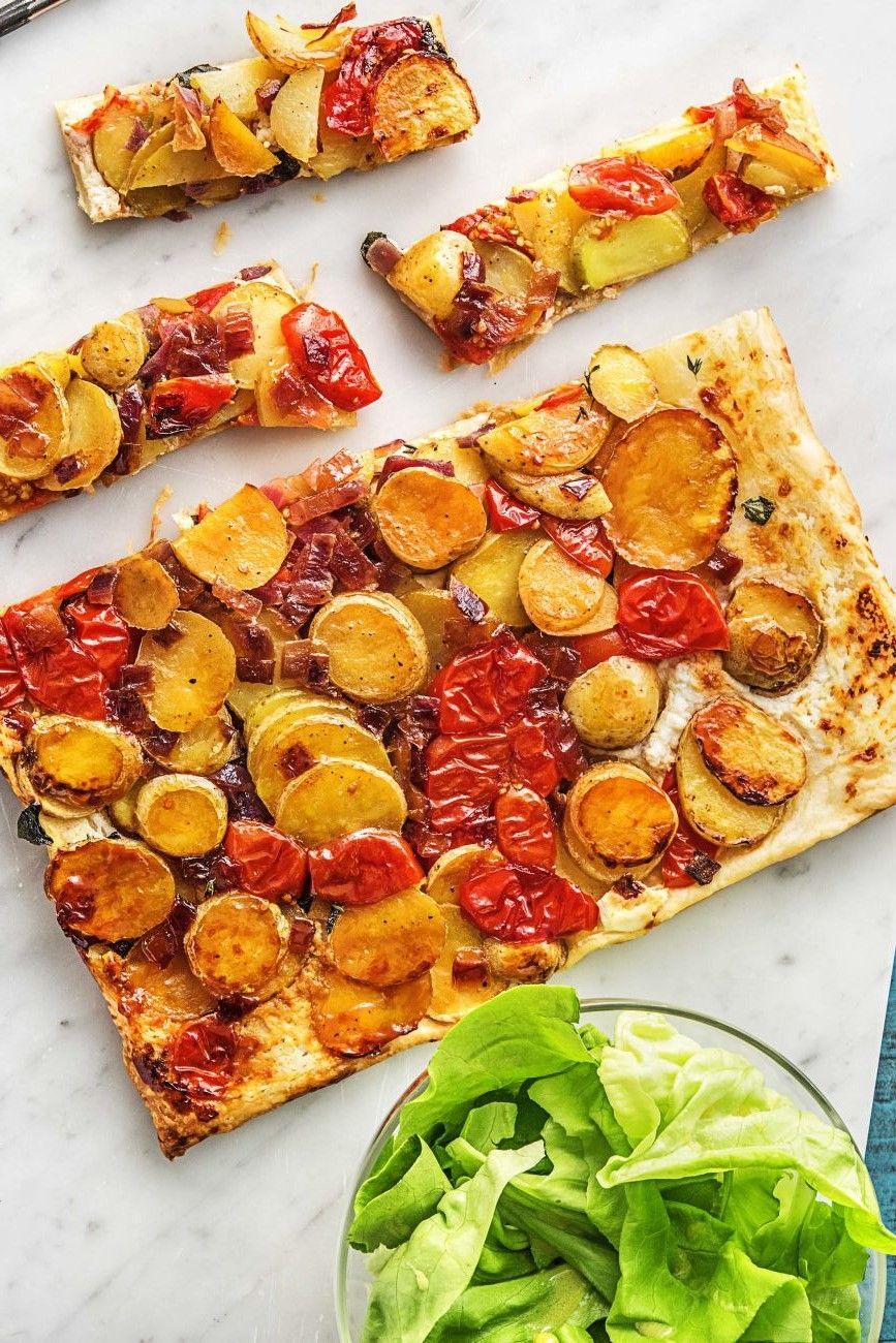 Herzhafte Tarte Tatin mit karamellisierten Kartoffelscheiben, Ziegenkäse  und Salat