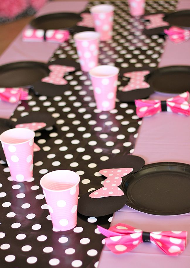 Adding paper Minnie Mouse bows to black paper plates is such a great idea for a & Minnie Mouse party: Giada is 2 | Minnie mouse party Mouse parties ...
