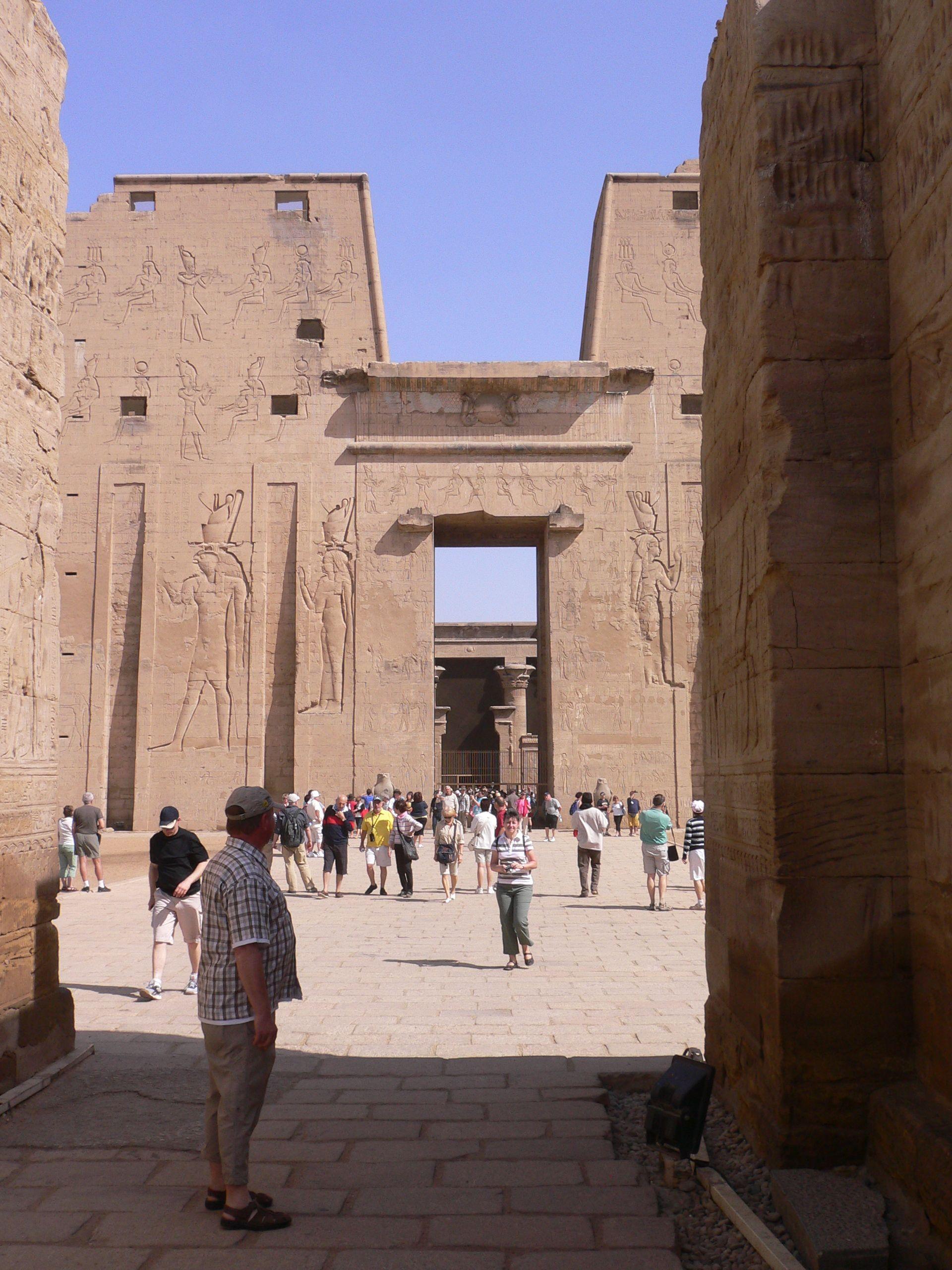 """Risulta essere l'archetipo del tempio egizio con struttura """"a cannocchiale"""" con una teoria di sale sempre più piccole e sempre più buie fino al sacrario del naos completamente avvolto nell'oscurità. Esattamente il contrario della tipologia del tempio solare."""