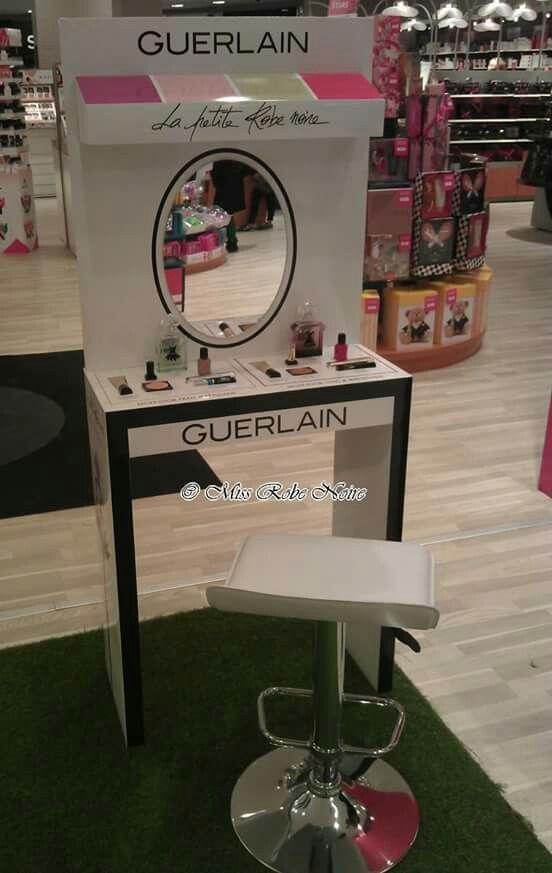 Craquante la coiffeuse de la petite robe noire pétales de Guerlain!