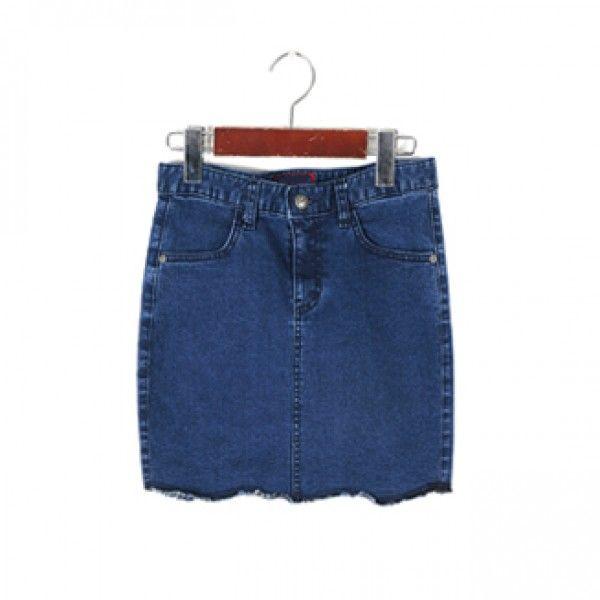 Today's Hot Pick :ナチュラルカットオフデニムスカート 【BLUEPOPS】 http://fashionstylep.com/P0000YCC/ju021026/out 着回し力バツグンのデニムのタイトスカートが登場です☆ ナチュラルにカットオフされた裾のラインがステキなマストなデザイン。 ベーシックなデニムのタイトスカートなのでコーディネートがしやすく、通年ではける優秀アイテム◎ インスタイルで今年っぽく決めるのはもちろん、ボリュームのあるトップスとの相性も抜群ですよ! 身長によって着丈感が異なりますので下記の詳細サイズを参考にしてください。 ◆2色:ブルー/ブラック