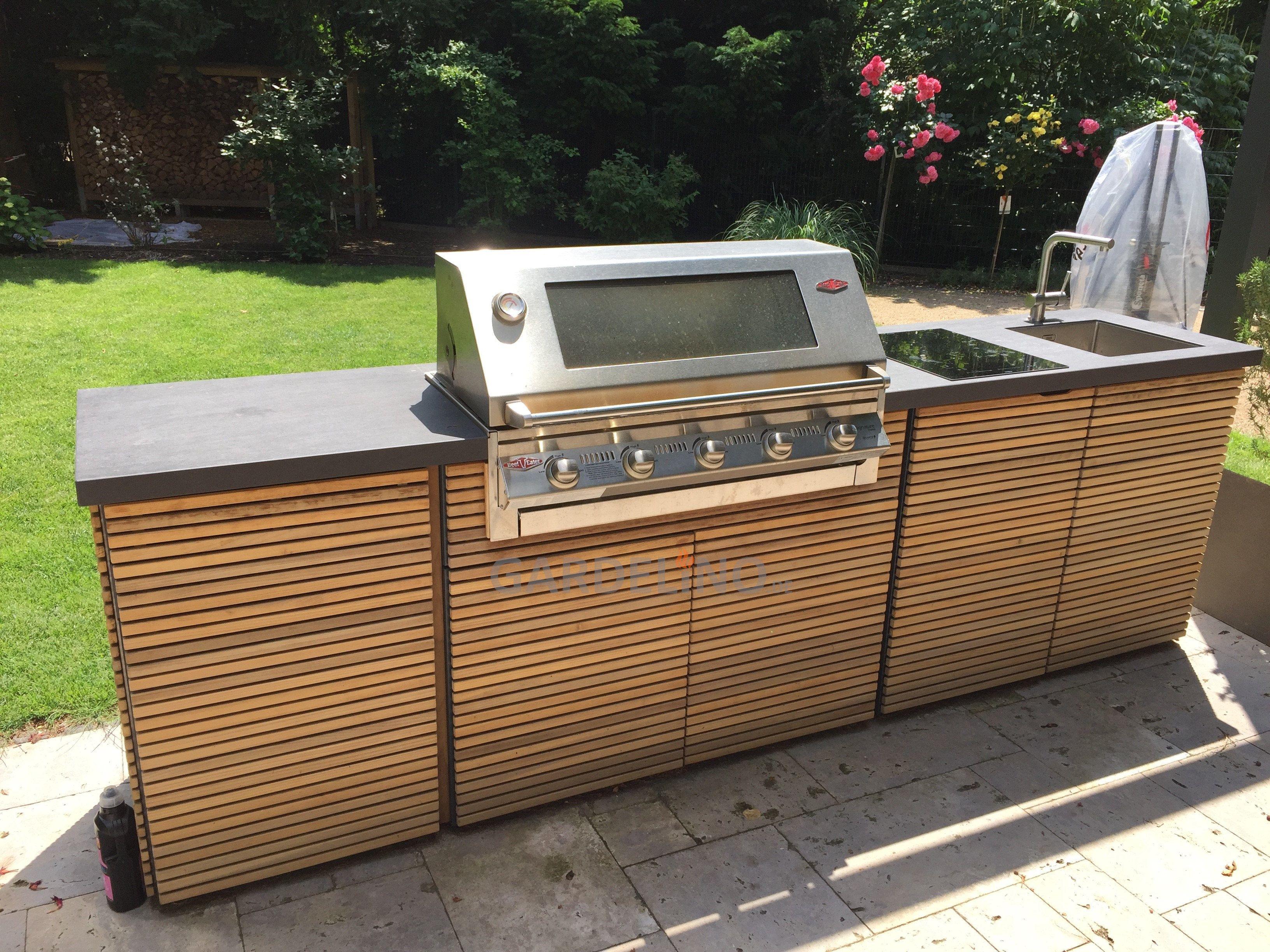 Idee: Luxuriöse Design Outdoorküche aus Holz und Granit mit ...