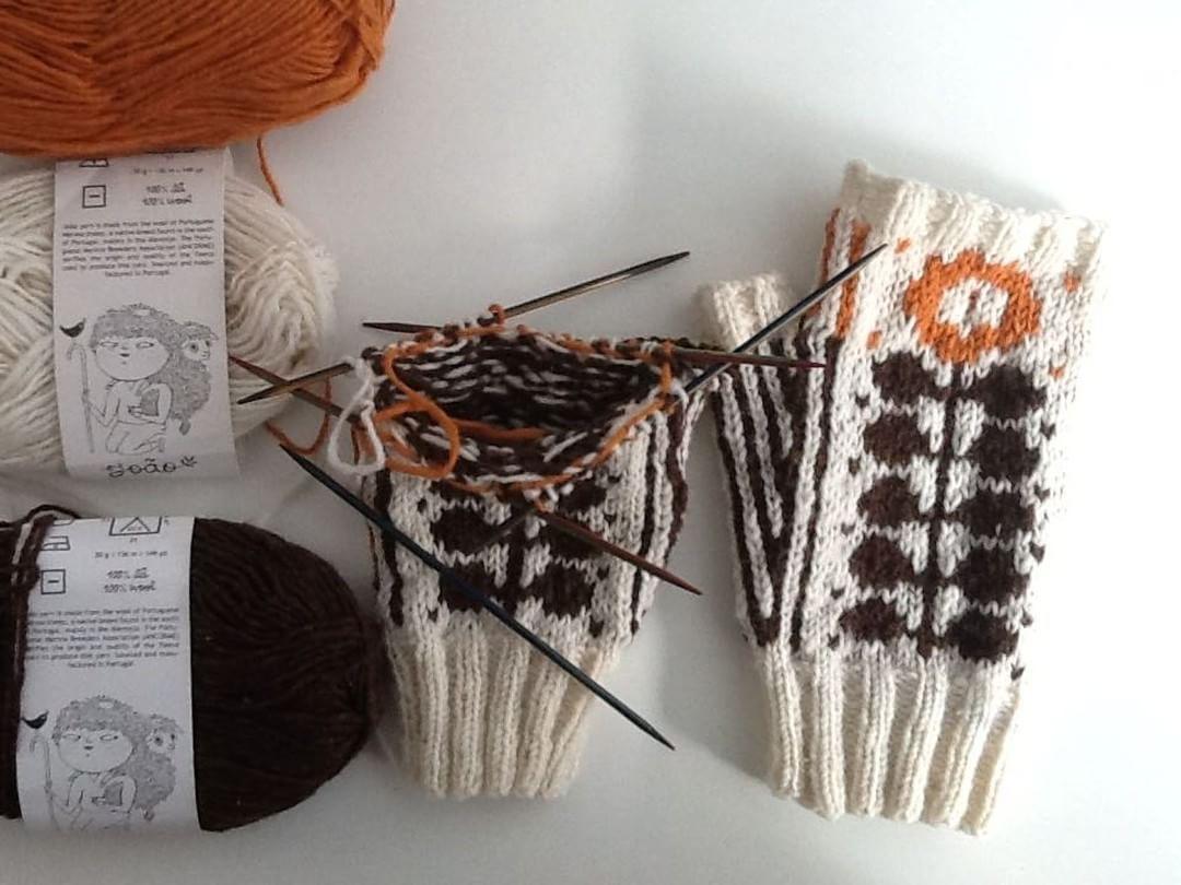 Almost done! #portugueseknittingmethod #portugueseknitting #retrosariarosapomar #knittersofinstagram #portuguesemerinowool #retrosariajoao