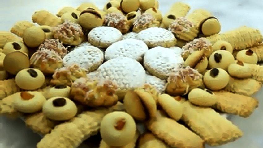 تفسير حلم الكعك في المنام لكبار علماء التفسير الكعك يتم تحضيره في المناسبات السعيدة والأعياد وله الكثير من الأشكال منها القرص والغريبة Food Desserts Breakfast