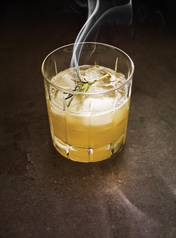 Whisky Sour Au Miel Et Au Romarin Brule Ricardo Recipe Whisky Sour Whisky Drinks Whiskey Sour Recipe