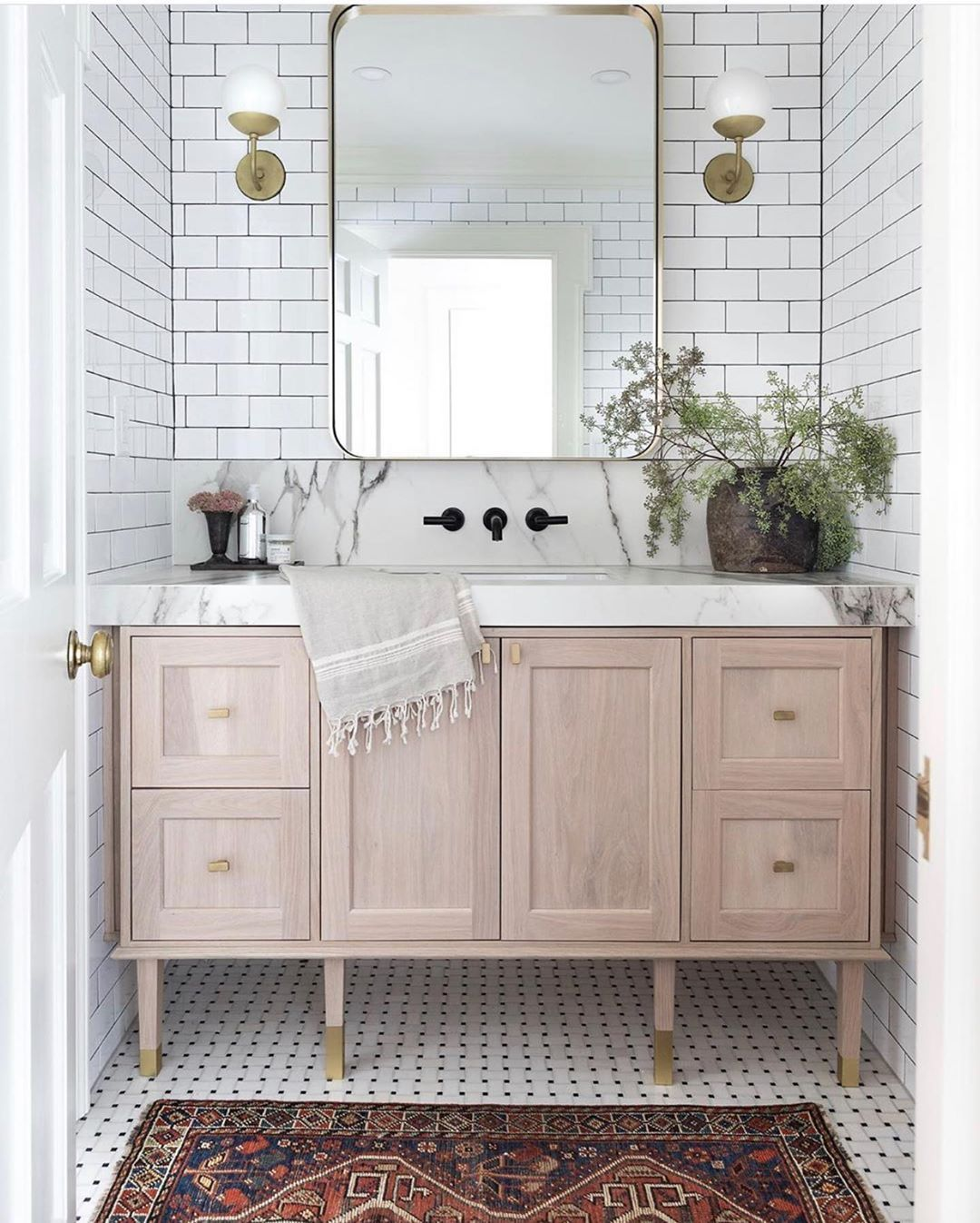 It S All About Details And That Gold Detail On The Vanity Feet Is Just Amazing Design Hauslove Photo Fox Globe Sconce Home Design Decor Classic Tile