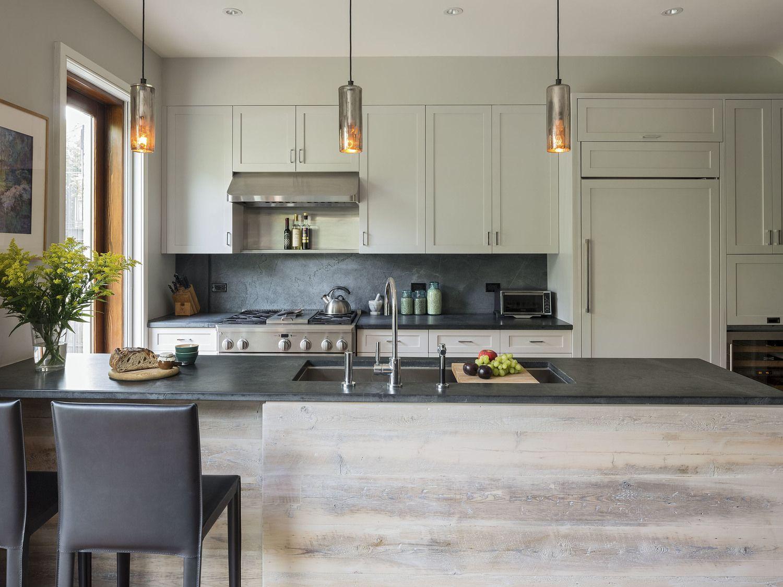 muebles de cocina con puertas blancas enmarcadas encimera negra